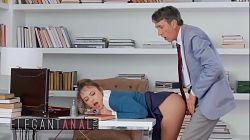 Steve Holmes demuestra su virilidad llenando el coño de su secretaria Gia Derza