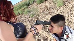 Pelirroja Zenda Sexy amenaza con una pistola a un jovencito para follar al aire libre