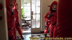 Reclusa rubia dentro del Banco de España en la serie La Casa de Papel haciendo mamadas
