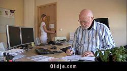 Viejo pervertido se folla a su joven ex secretaria rubia