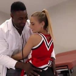 La herida Sydney Cole es curada por el doctor de polla negra