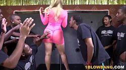 Bukkake interracial con una puta rubia