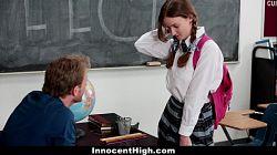 Pelirroja culona es follada en la escuela
